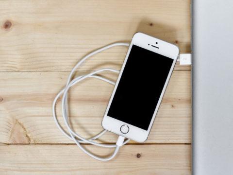 Jak správně nabíjet baterii telefonu? Pozor na zastaralé mýty