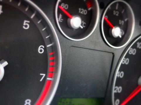 Pád cen nafty nezastavil ani Silvestr, řidiči tankují za 27,22 Kč/l