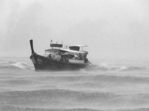 Plují finanční trhy vrozbouřených vodách, nebo se už potápí?