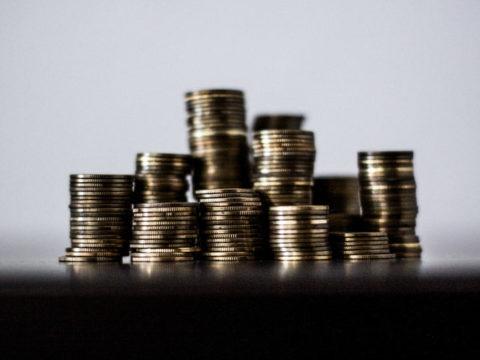 Češi bohatnou, ale ve finančním dospívání nepokračují