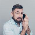 Muž s telefonem - nahrávání hovorů
