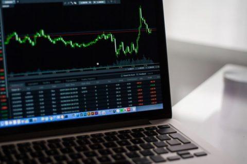 Výnosy jednotlivých akcií se od indexu výrazně liší