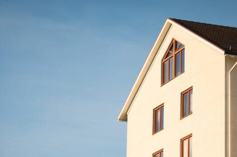 Sazby hypoték dosedly na dno. Lidé si půjčují čím dál vyšší částky