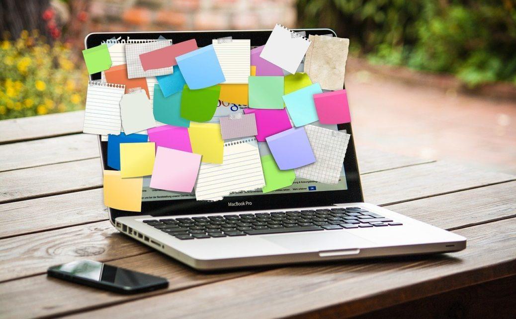 Počítač s poznámkami - finanční plán - notebook - smartphone
