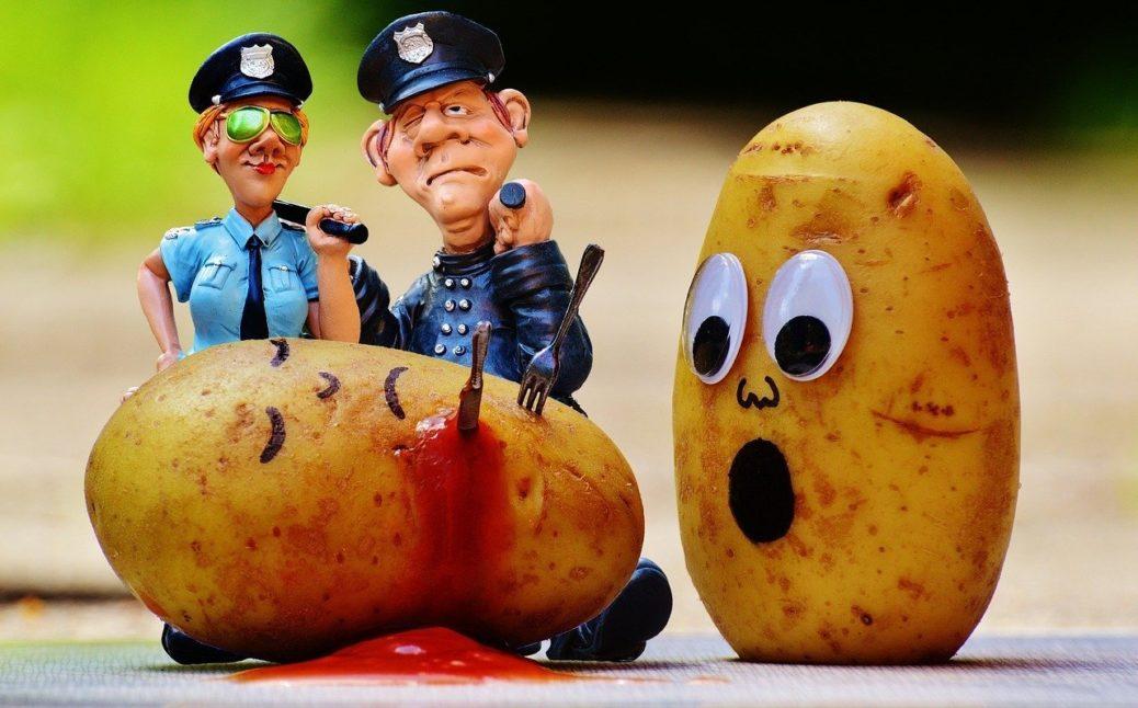 Policisté vyšetřující vraždu - brambory - přehazování horkého bramboru