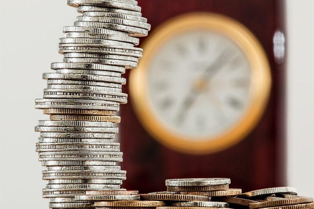 spoření na penzi - mince - peníze - investice - hodiny - čas