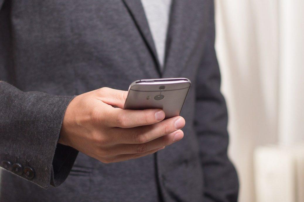 Mobilní telefon - zavolají s nabídkou investic