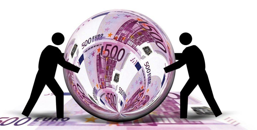 Privátní bankovnictví - peníze - bankovky - křišťálová koule - eura