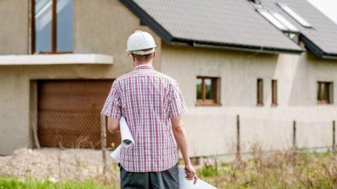 Horké léto pro stavebníky. Co dělat, když vám hypotéka nestačí na rostoucí náklady za materiál?