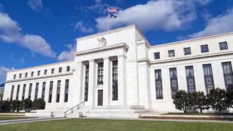 Americká centrální banka uklidňuje trhy